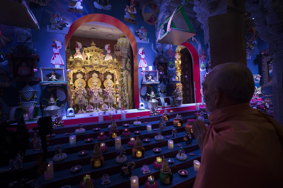 Swamishri engrossed in darshan of the central shrine murtis