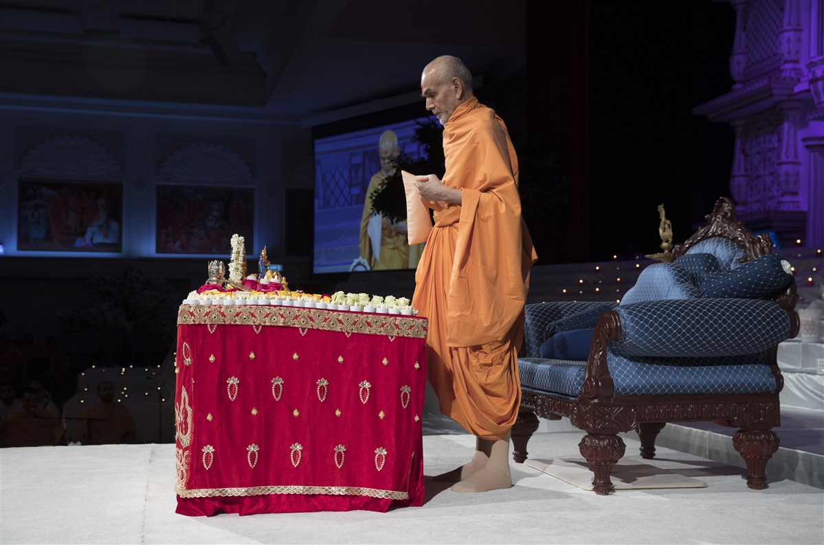 Swamishri performs his tapni mala