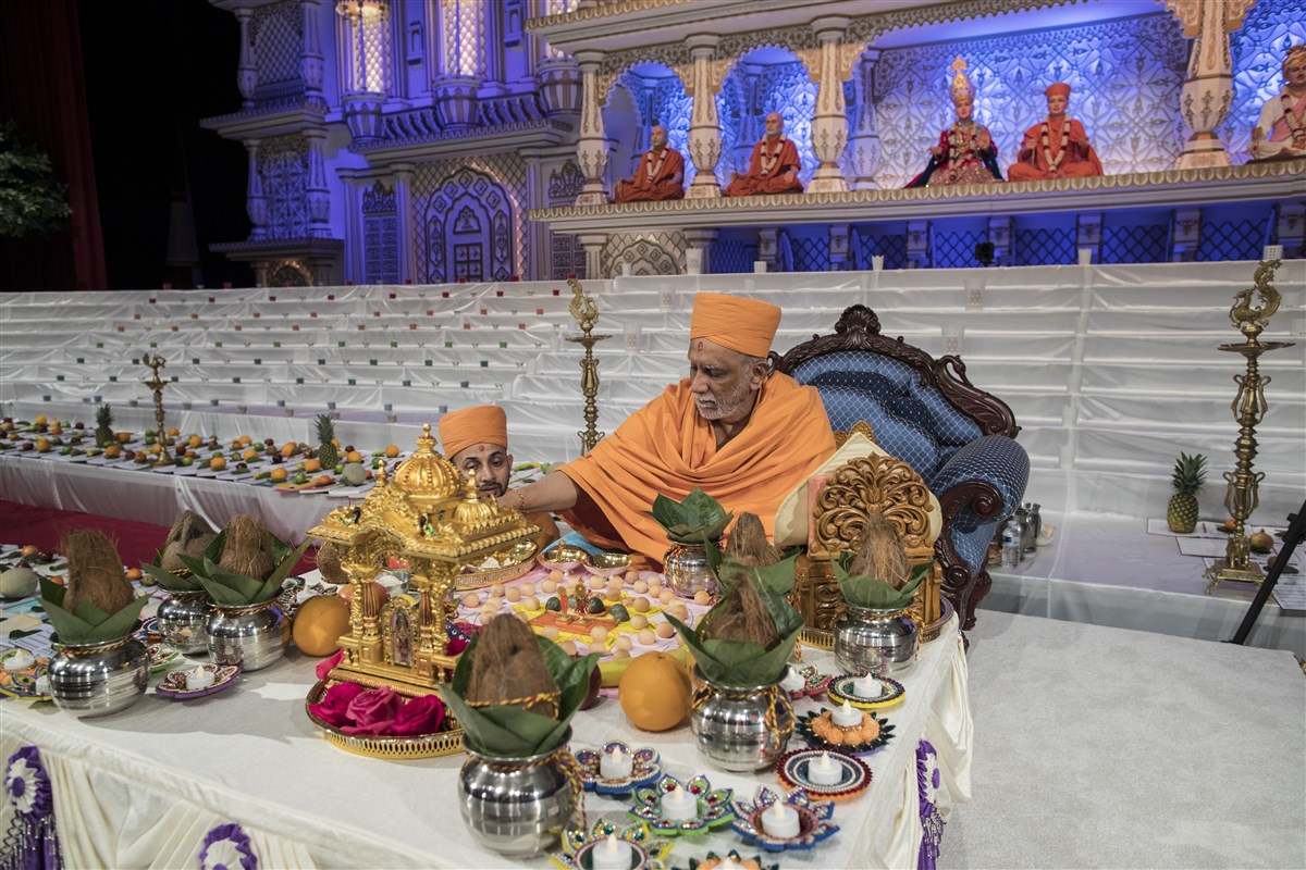 Atmaswarupdas Swami commences the chopda pujan ceremony