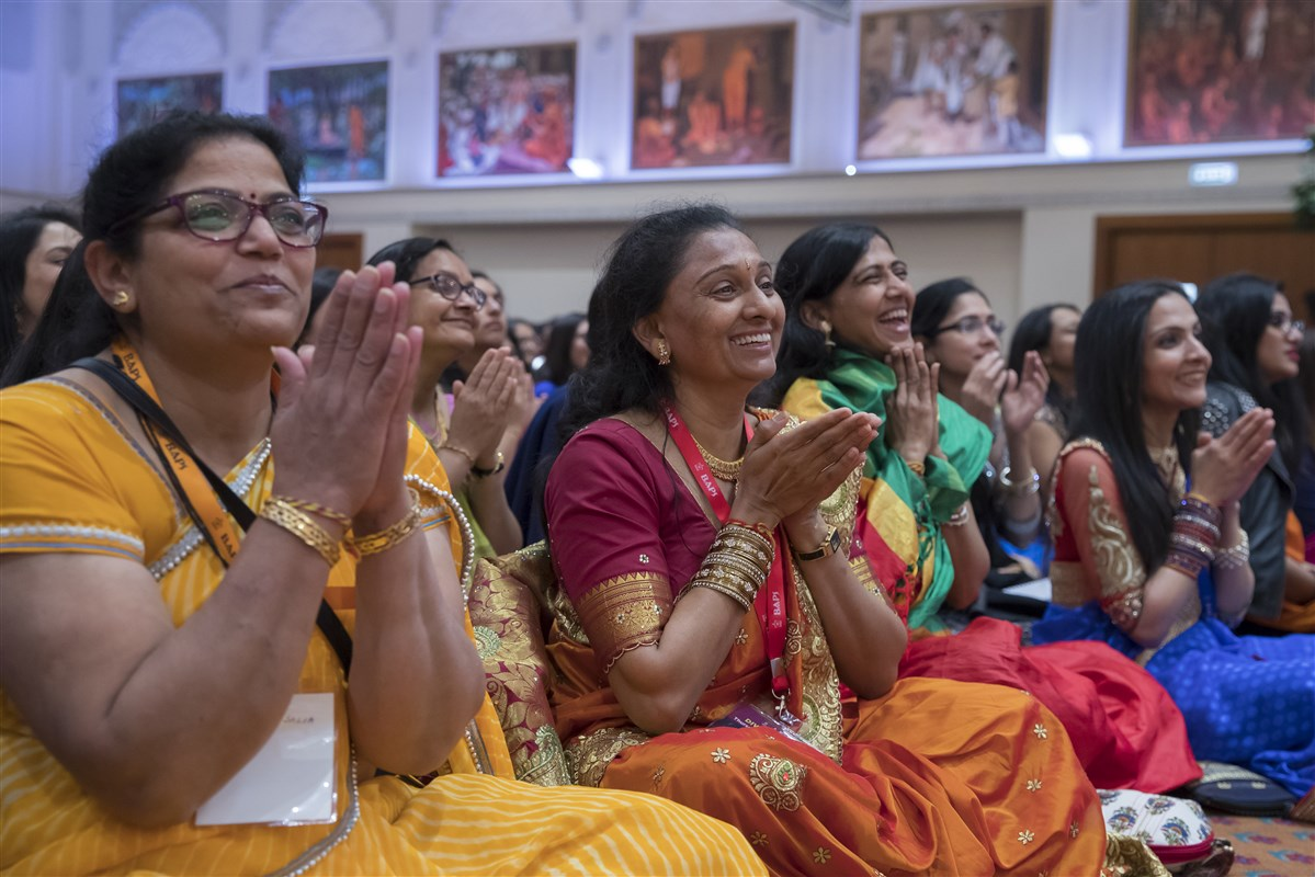 Devotees rejoice at Swamishri's darshan