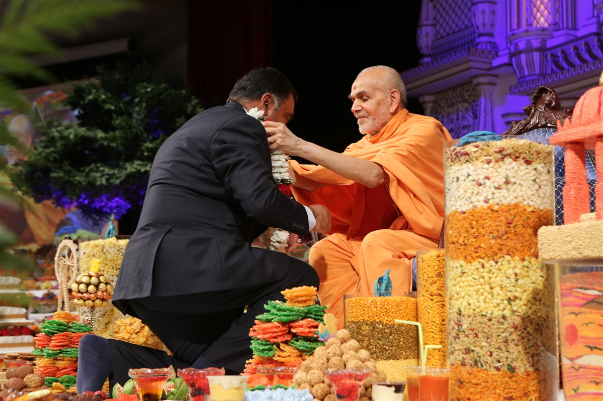 Swamishri blesses The High Commissioner of India to the UK, His Excellency Y.K. Sinha
