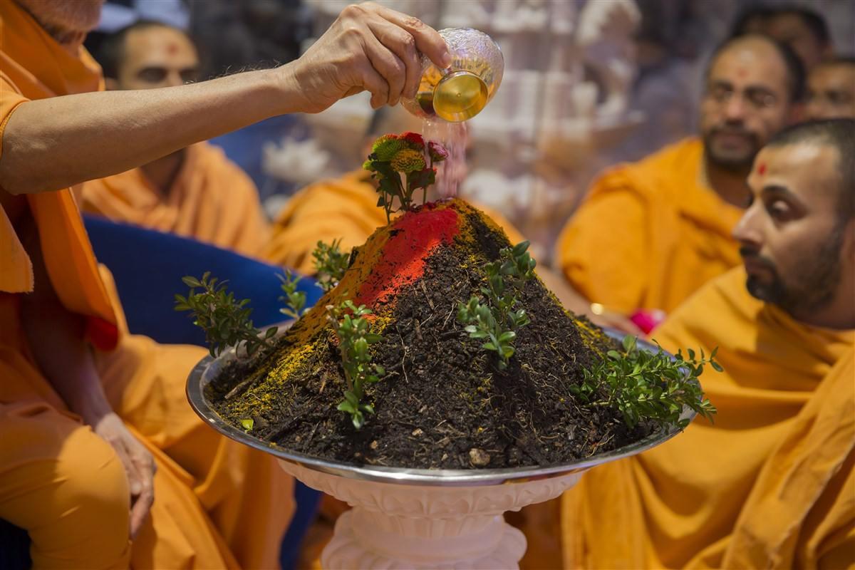 Swamishri performs the Govardhan Puja