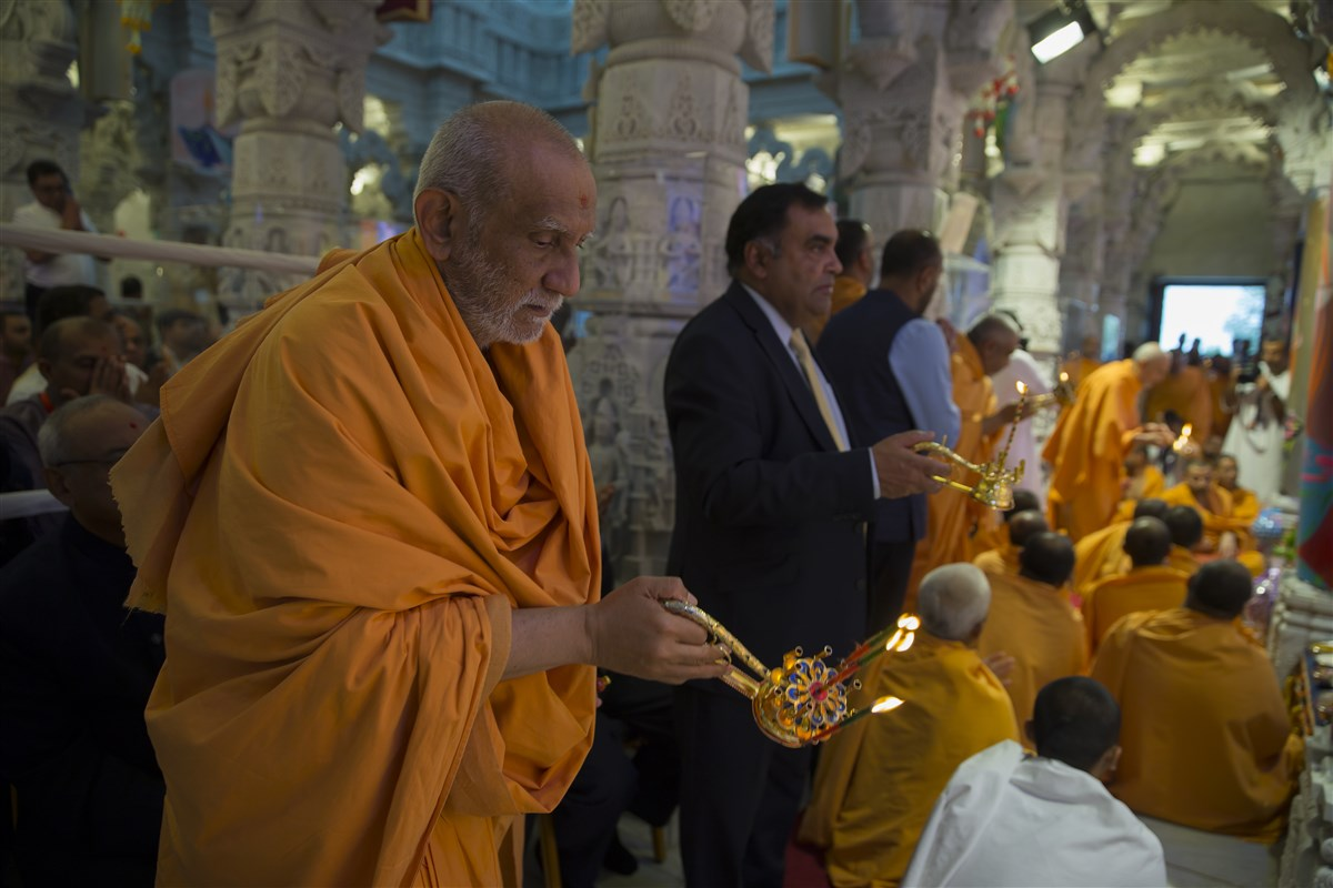 The High Commissioner of India to the UK, His Excellency Y.K. Sinha, participates in the arti of Shri Ghanshyam Maharaj