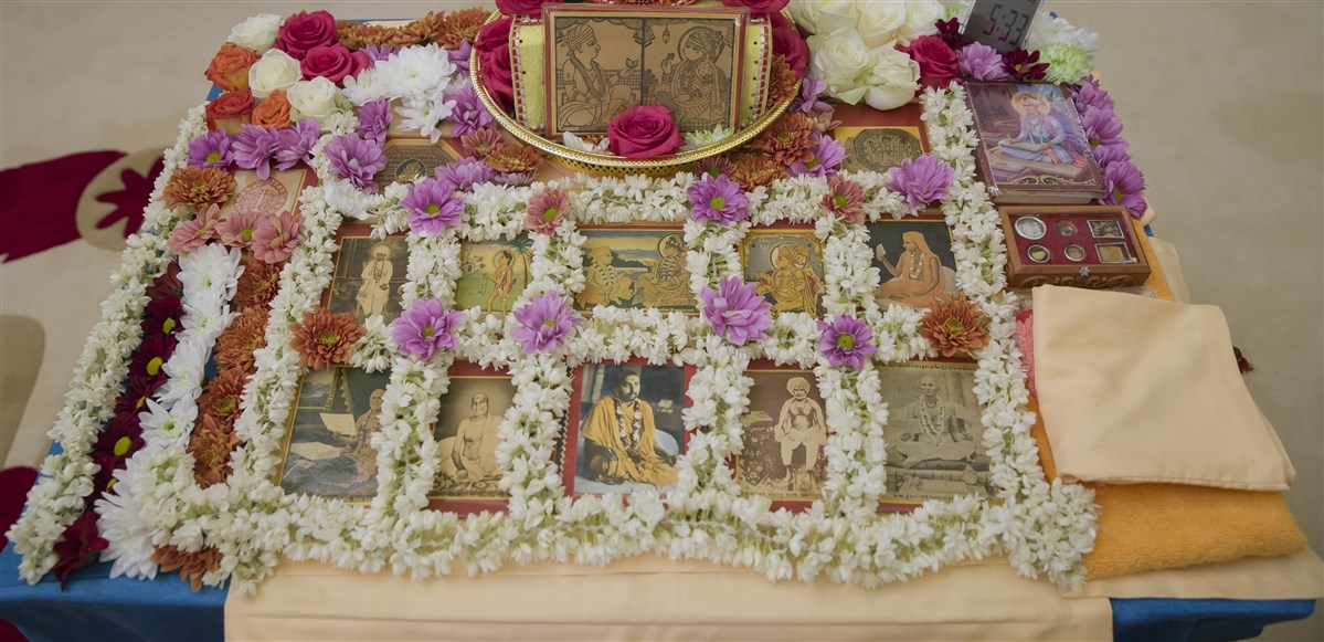 Swamishri's puja bedecked with fresh flowers
