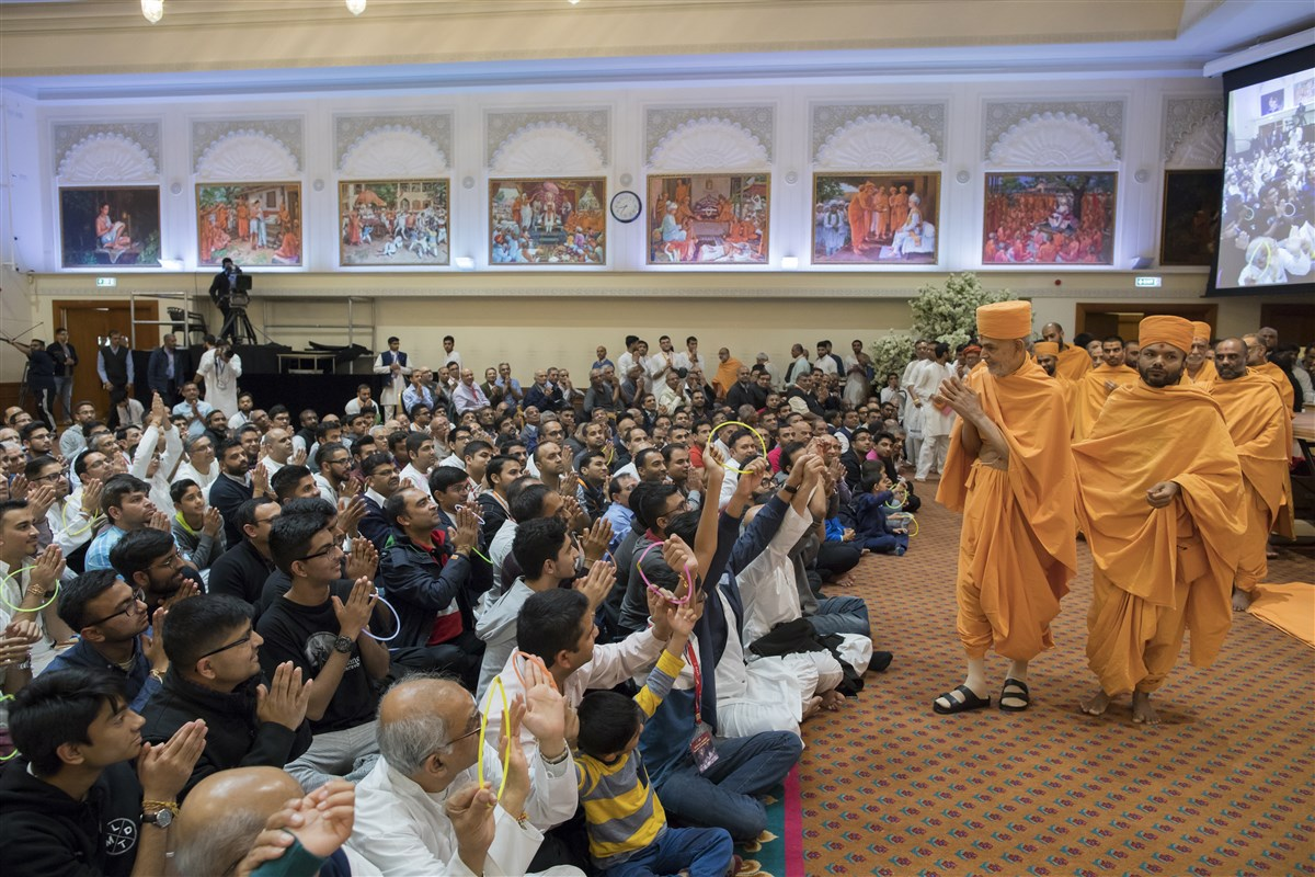 Swamishri bids 'Jai Swaminarayan' to all the devotees with folded hands