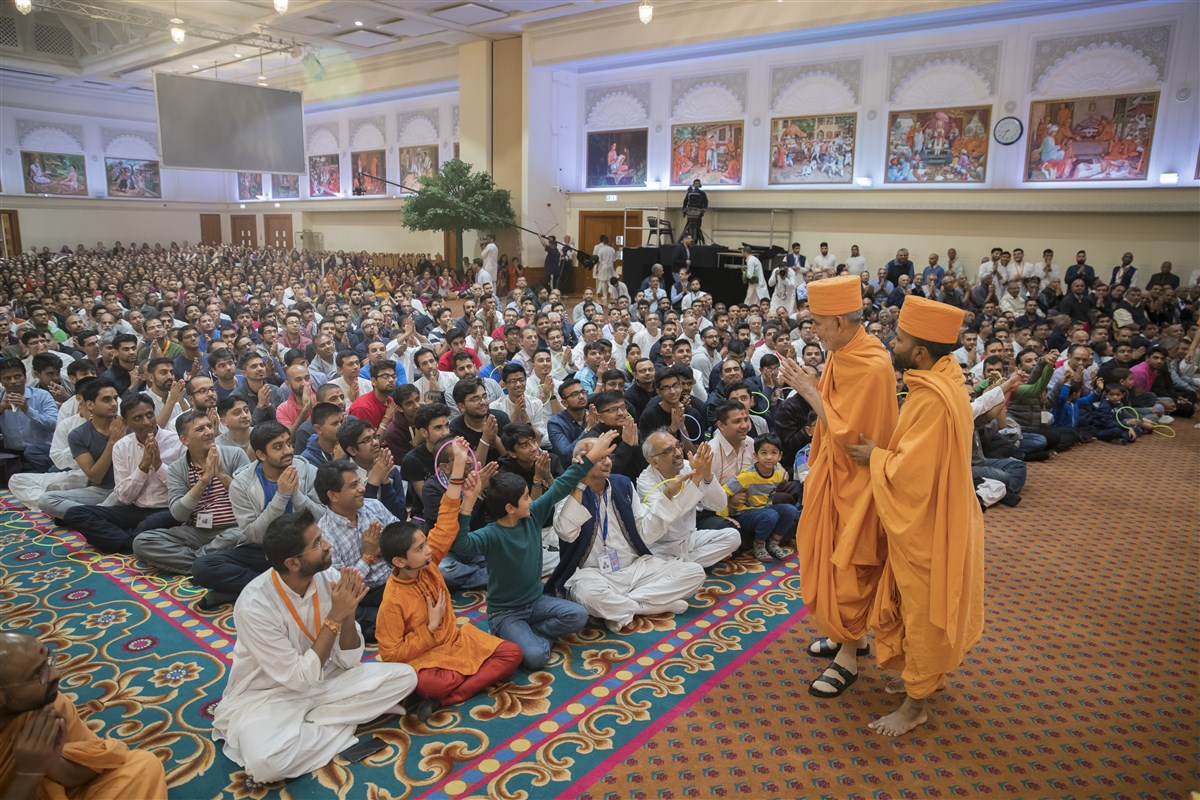 Hundreds of devotees have gathered for Swamishri's final darshan before he departs from the UK