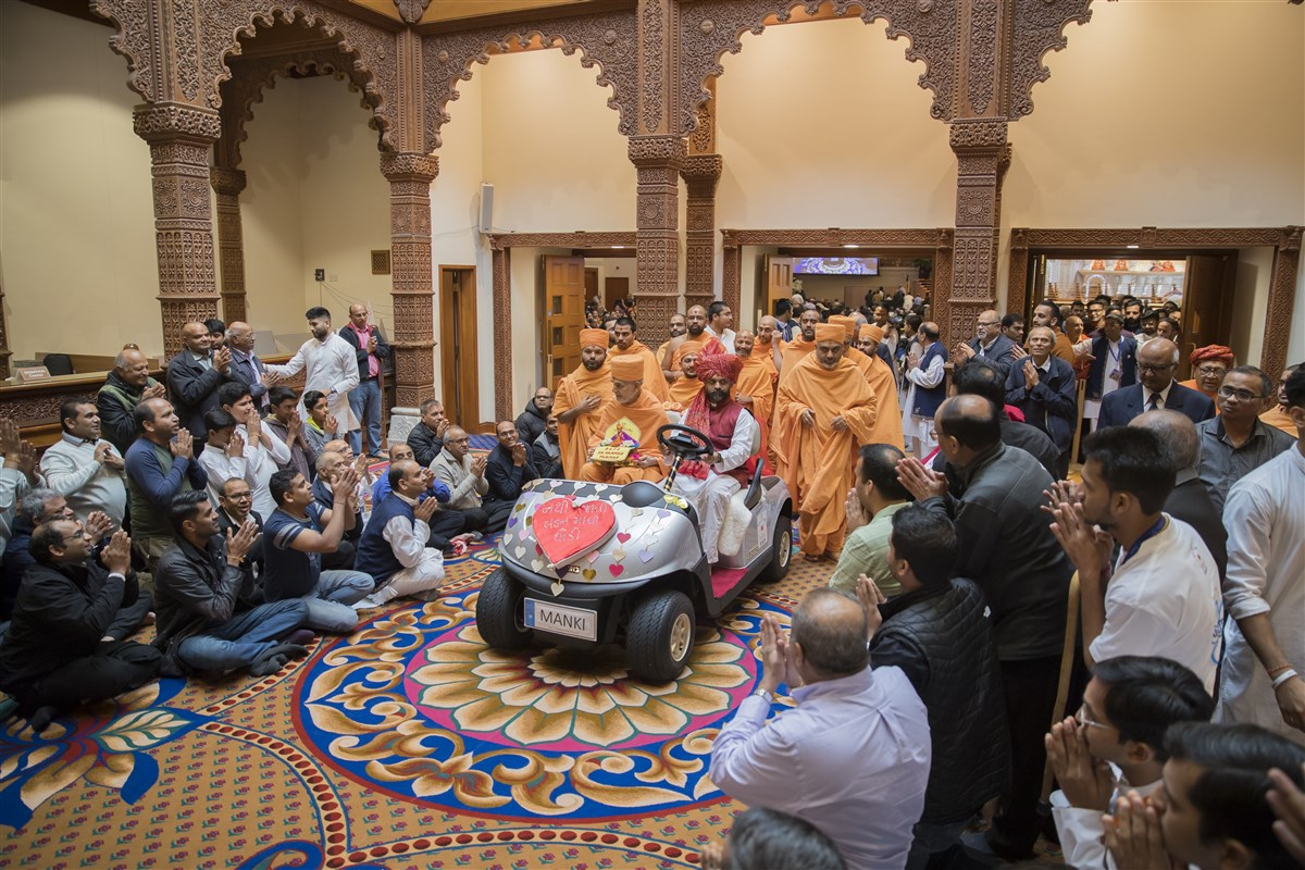 Swamishri departs the mandir foyer to a devotional farewell