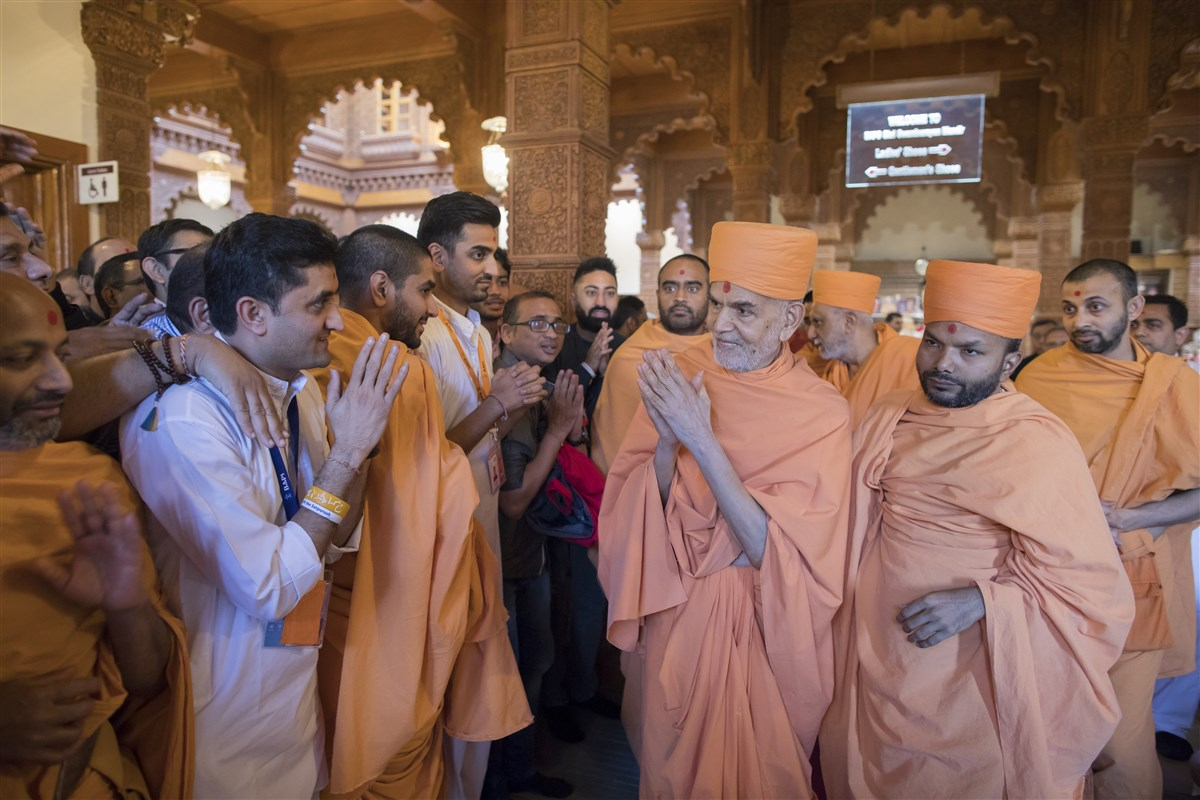 Swamishri bids 'Jai Swaminarayan' to the swamis and devotees with folded hands