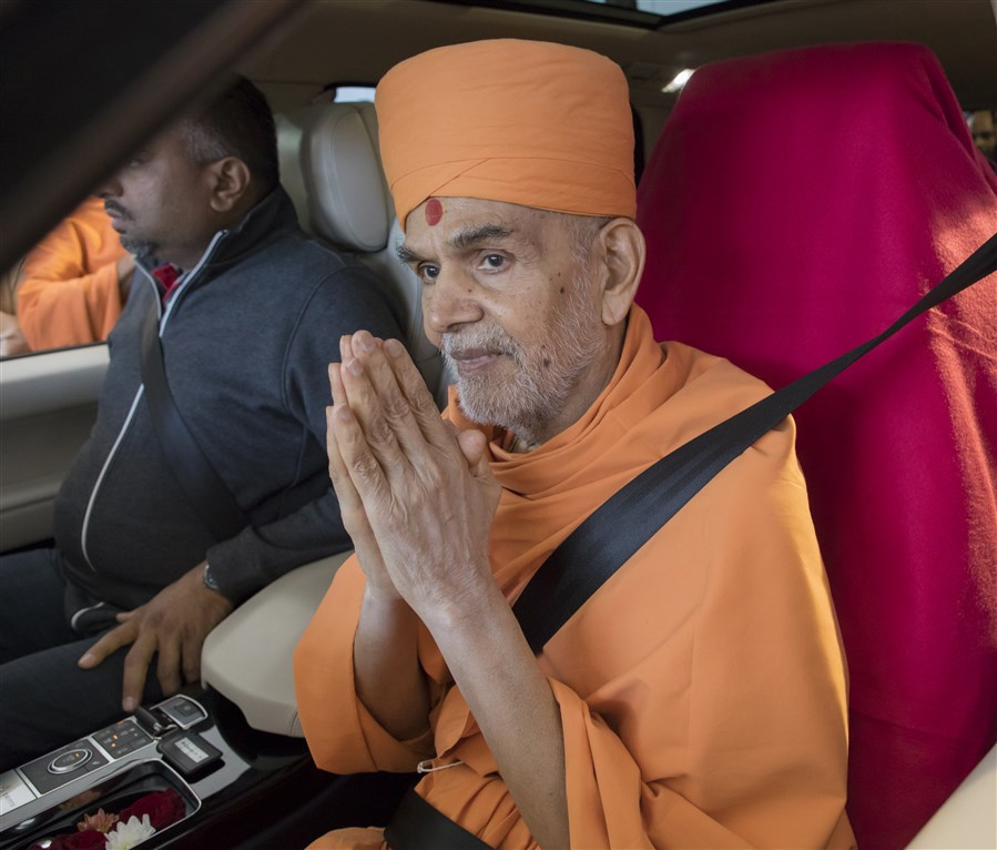Swamishri bids 'Jai Swaminarayan' to everyone with folded hands