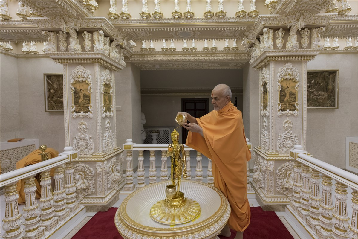 Swamishri performs the abhishek of Shri Nilkanth Varni