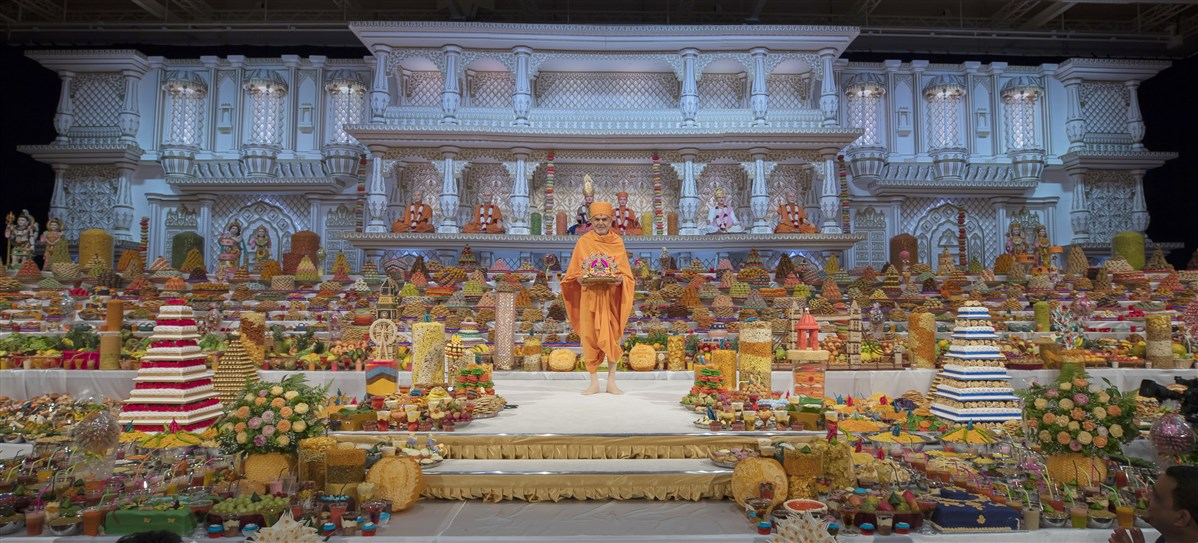 "To view a video summary of Swamishri's darshan during the New Year's annakut mahotsav, please click <a href=""https://youtu.be/IjB_cuWK8Gw"" target=""blank"" style=""text-decoration:underline; color:blue;"">here</a>"