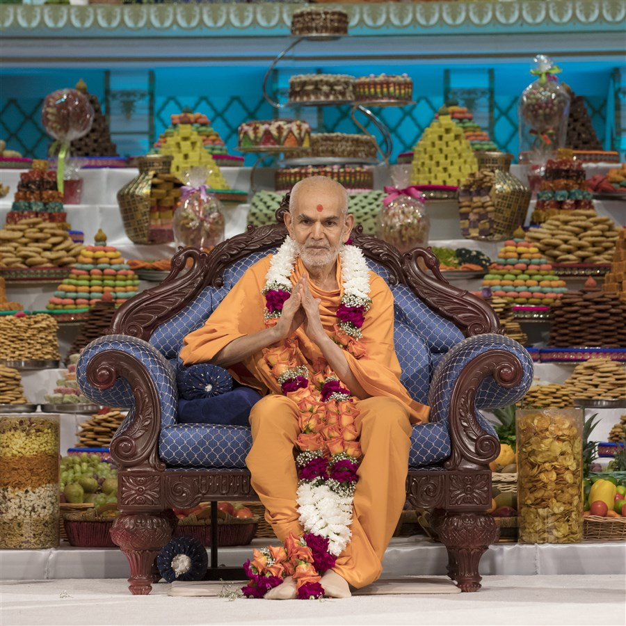 "To view a video summary of Swamishri's darshan on New Year's morning, please click <a href=""https://youtu.be/z_QVJHCMoMI"" target=""blank"" style=""text-decoration:underline; color:blue;"">here</a>"