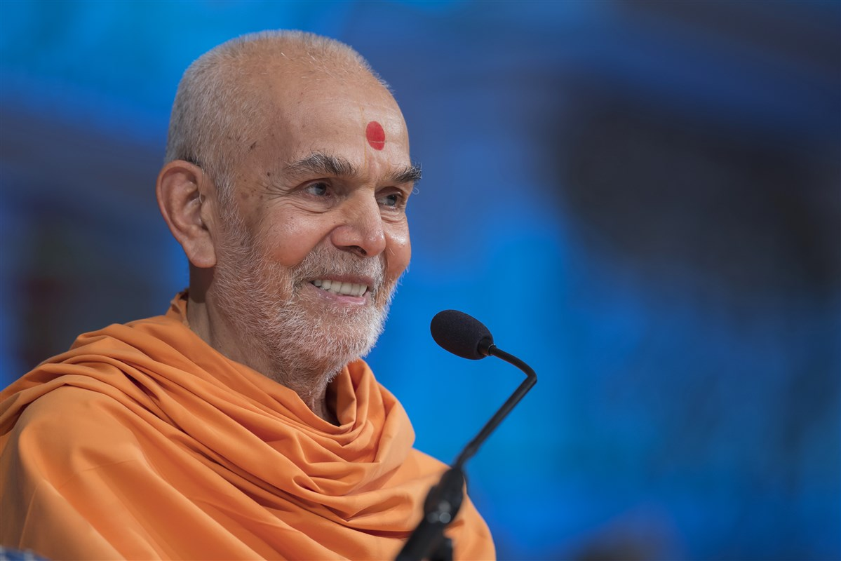"To view Swamishri's New Year's morning ashirwad, please click <a href=""https://youtu.be/ZxXvQHHRUF8"" target=""blank"" style=""text-decoration:underline; color:blue;"">here</a>"