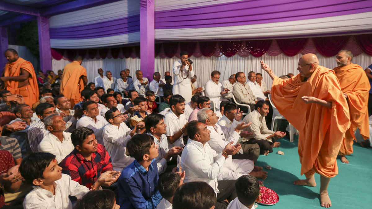 Pujya Tyagvallabh Swami blesses devotees from Bhaupura