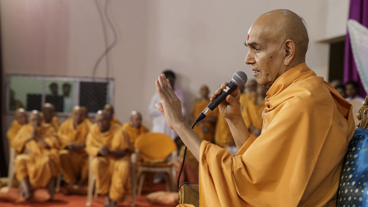 Swamishri blesses the morning satsang assembly
