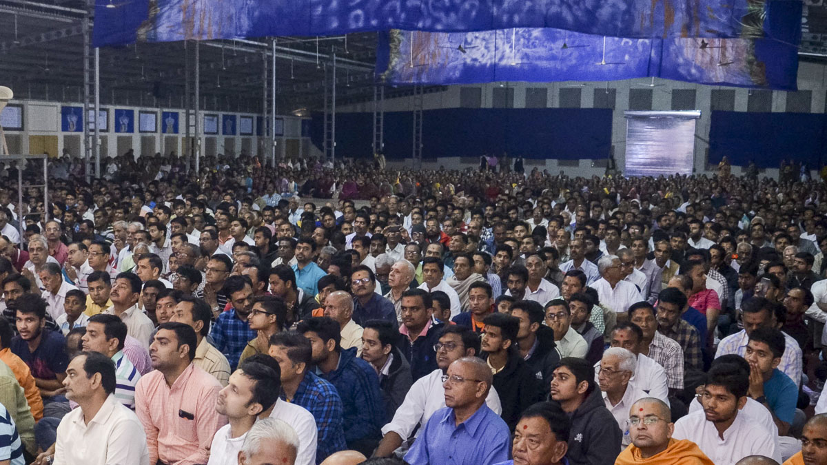 Devotees listen to Swamishri's blessings