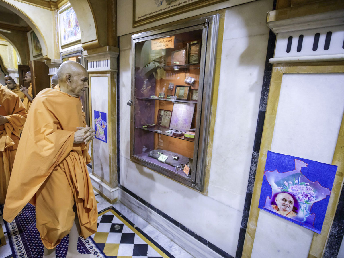 Swamishri engrossed in darshan of holy relics of Bhagwan Swaminarayan