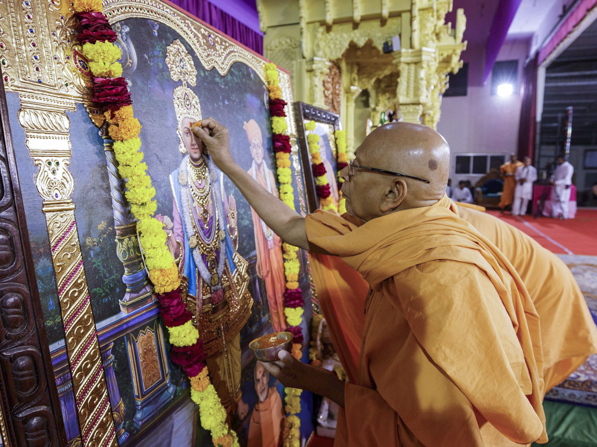 Pujya Tyagvallabh Swami performs pujan of murtis