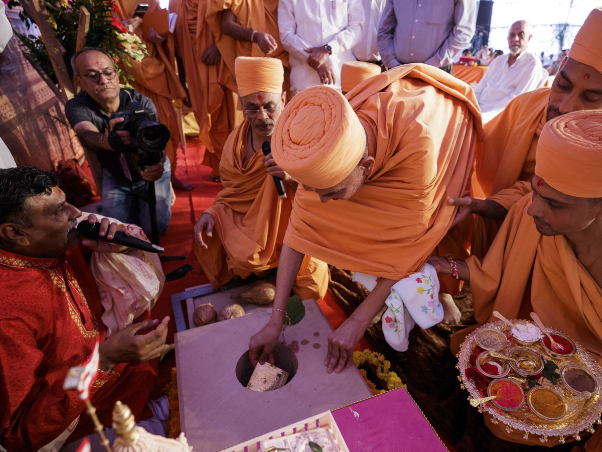Swamishri places a yantra in the main shila