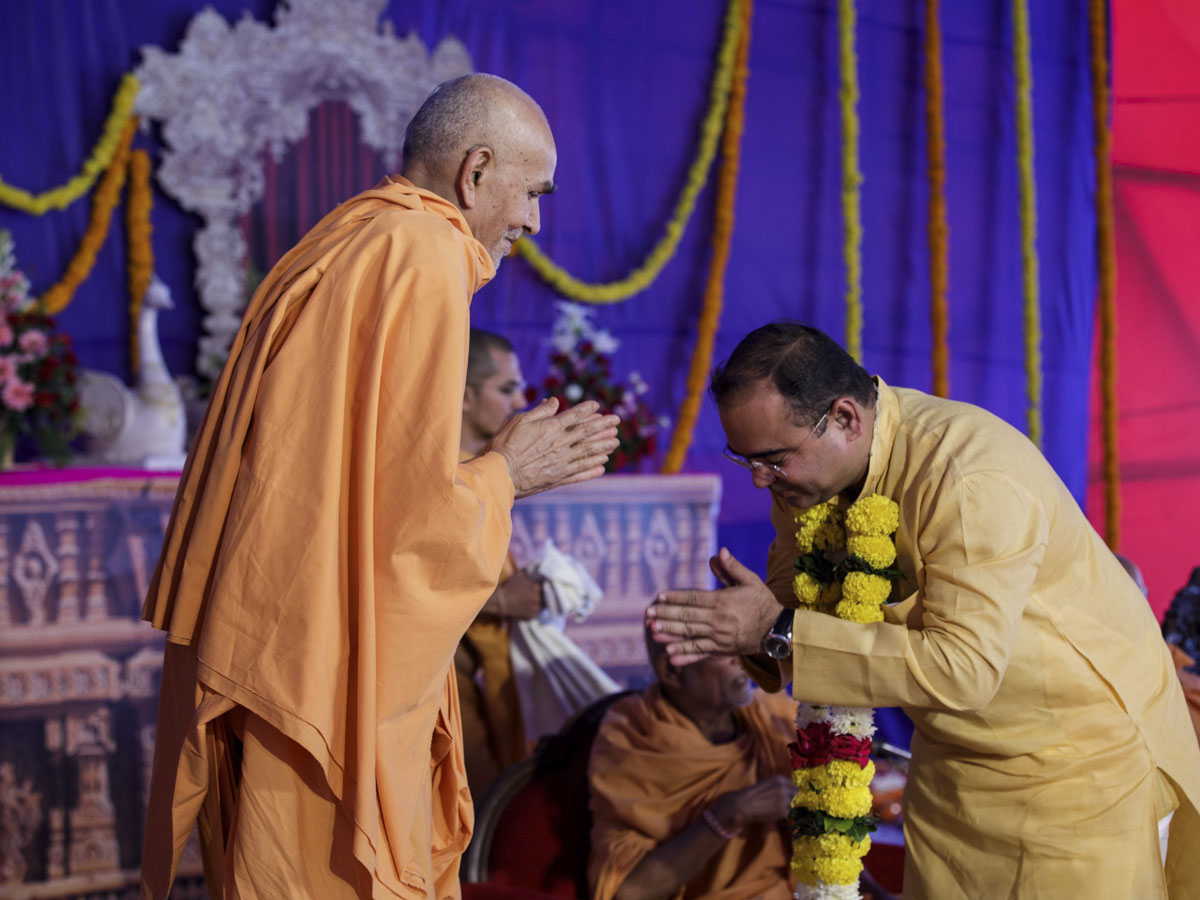 Swamishri blesses a guest