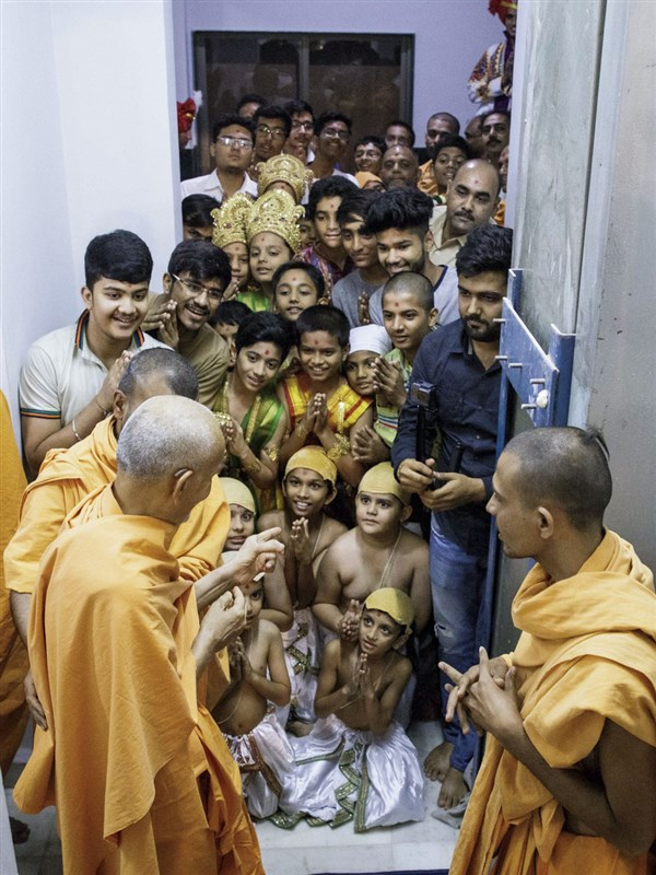 Children and youths doing darshan of Swamishri
