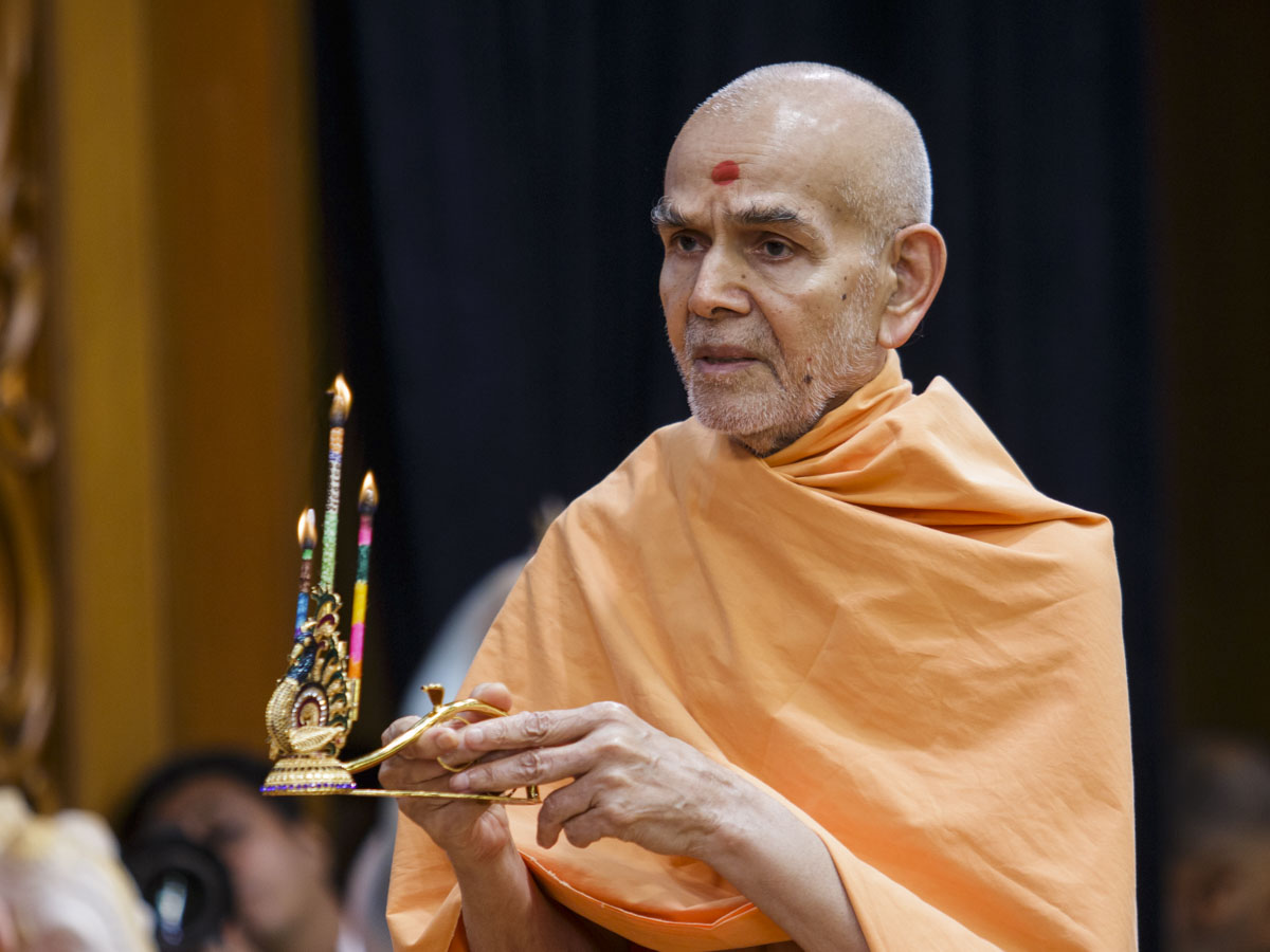 Swamishri performs evening arti