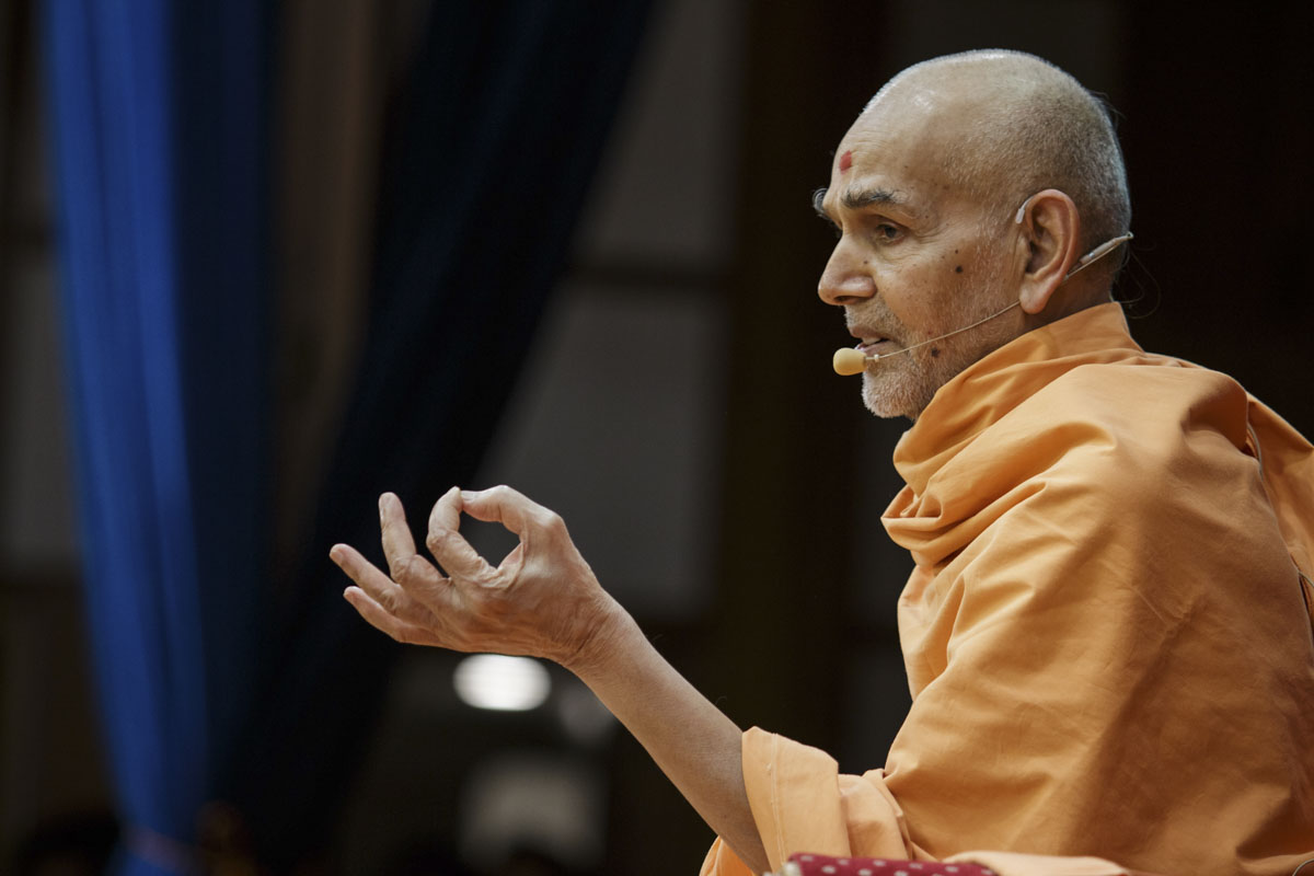 Swamishri blesses the evening satsang assembly