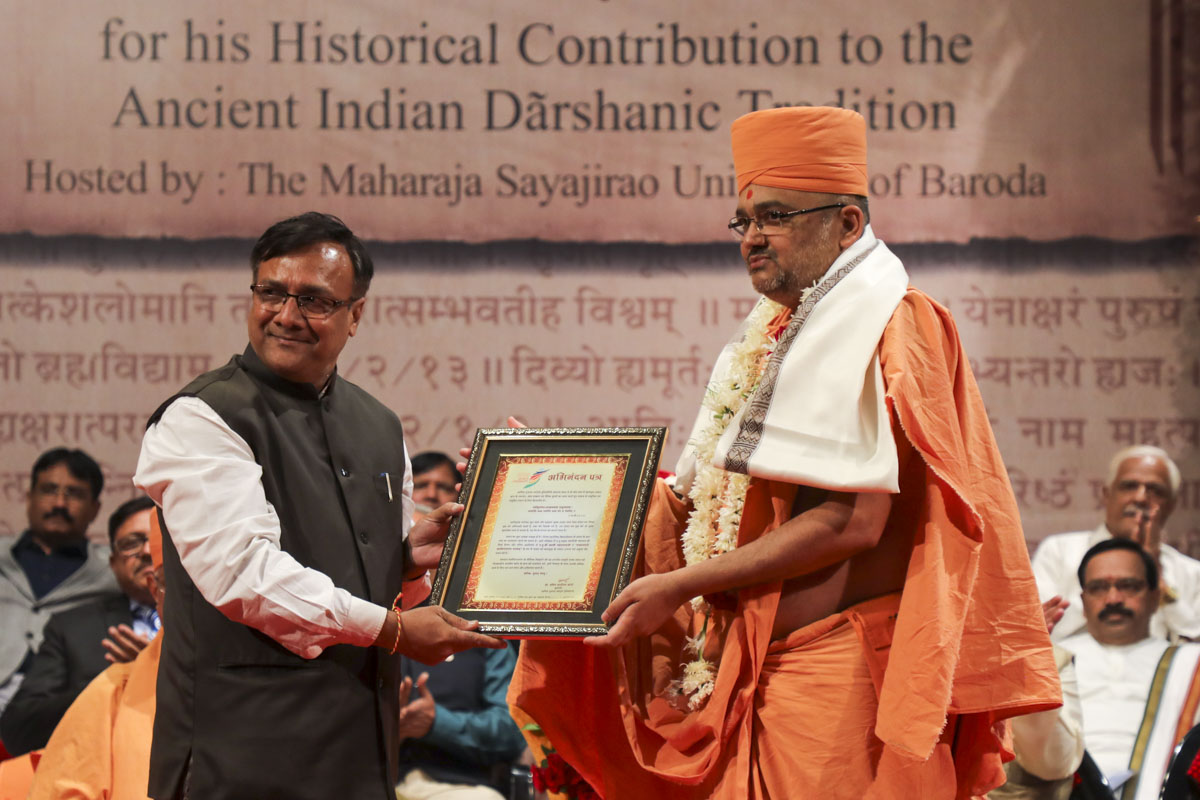 Vice Chancellor of Swarnim Gujarat Sports University, Dr. Jatin Soni, felicitates Bhadresh Swami