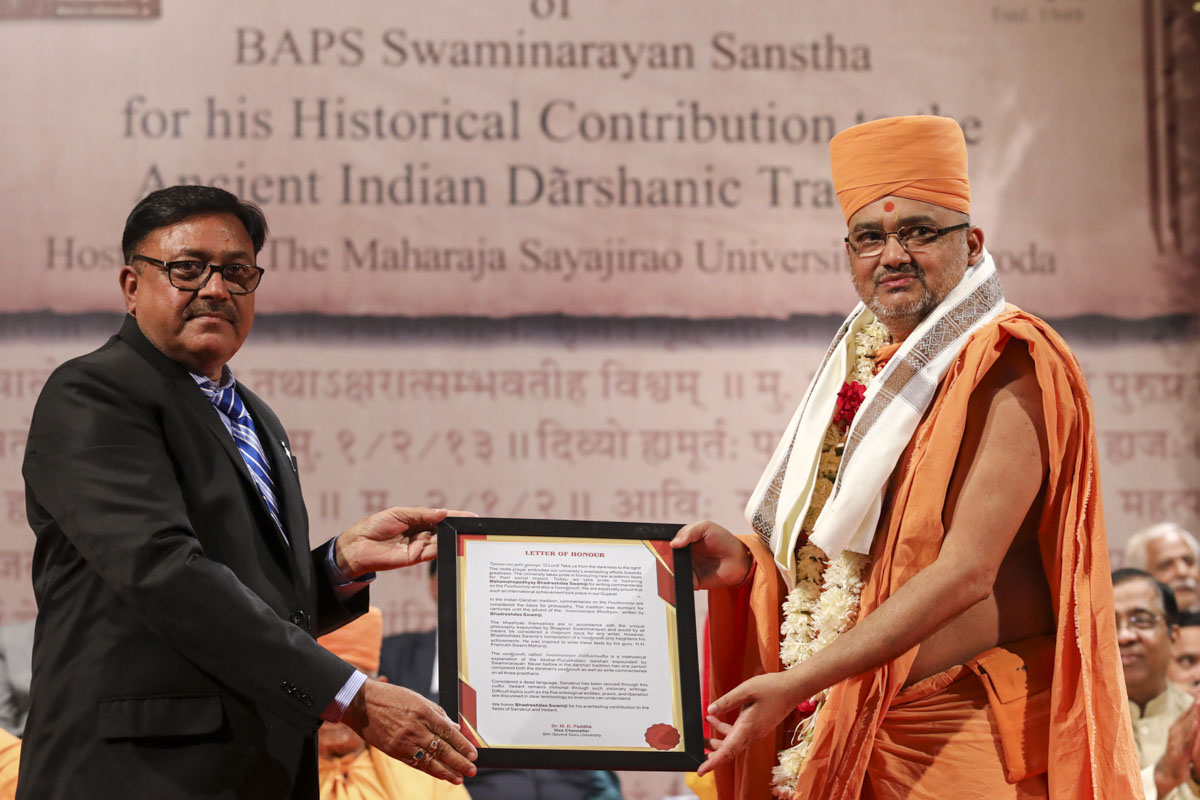 Vice Chancellor Dr. Mahendra Padalia of Shri Govind Guru University honors Bhadresh Swami