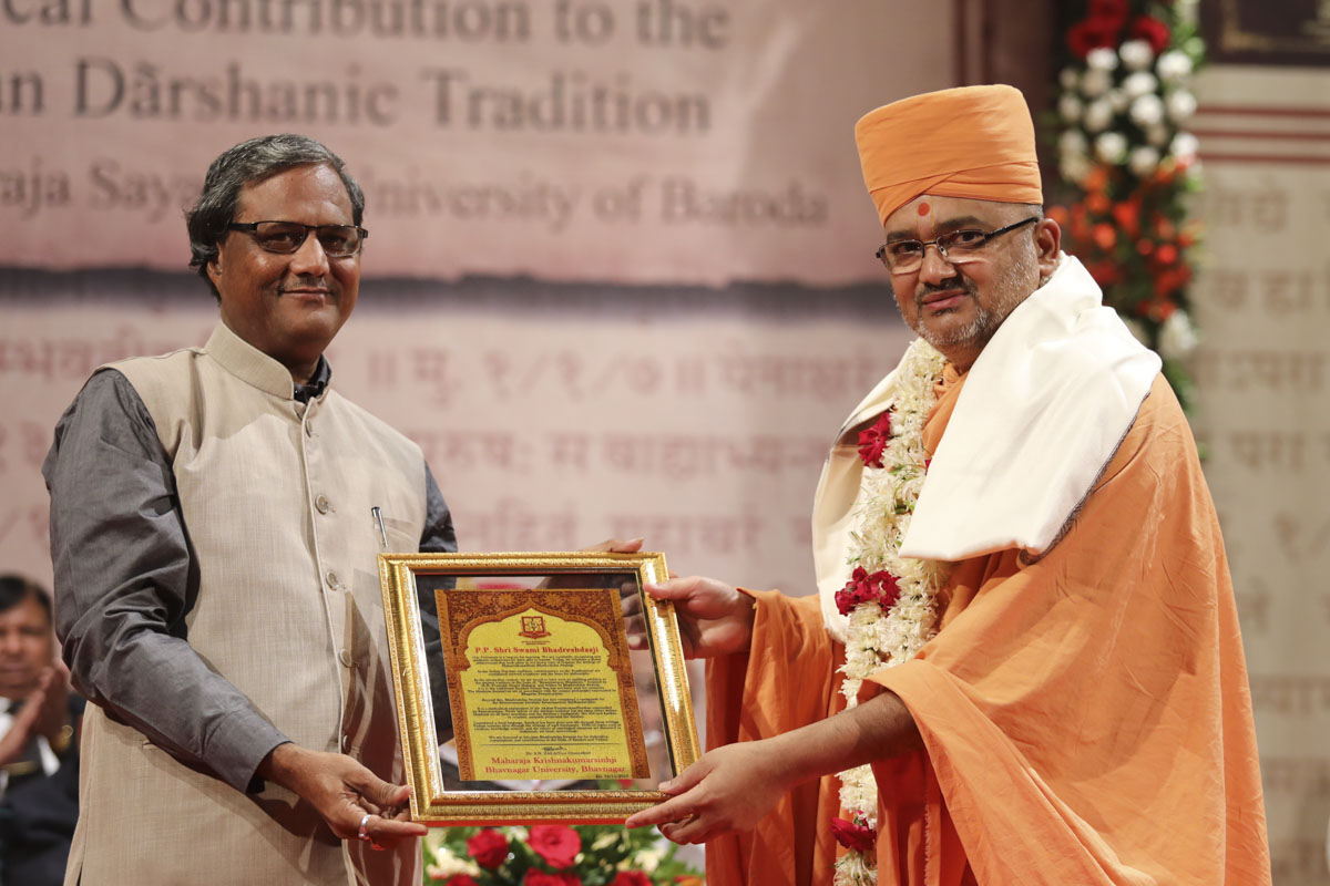 Vice Chancellor Dr. Shailesh Zala of Maharaja Krishnakumarsinhji Bhavnagar University honors Bhadresh Swami