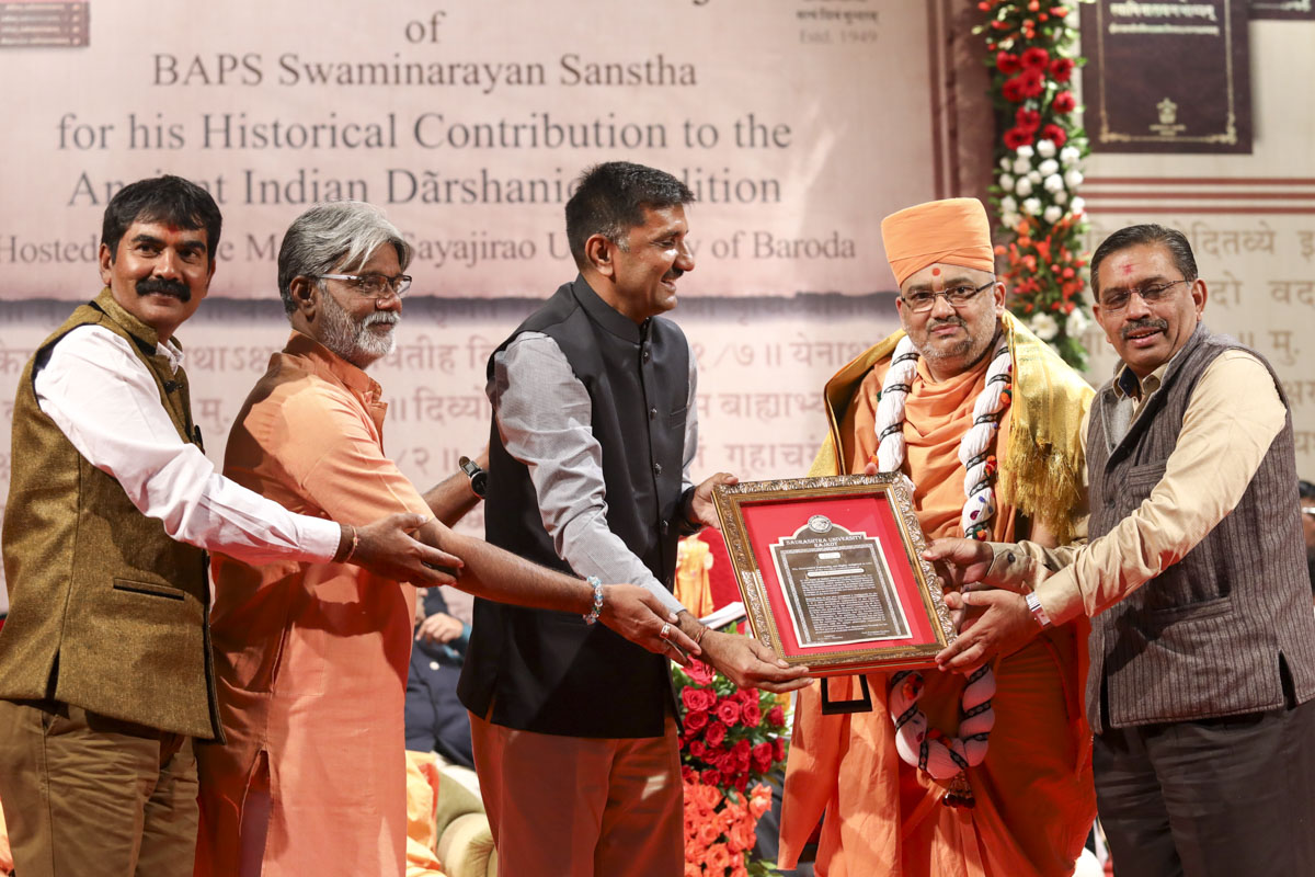 Vice Chancellor Prof. Pratapsinh Chauhan and representatives of Saurashtra University honor Bhadresh Swami