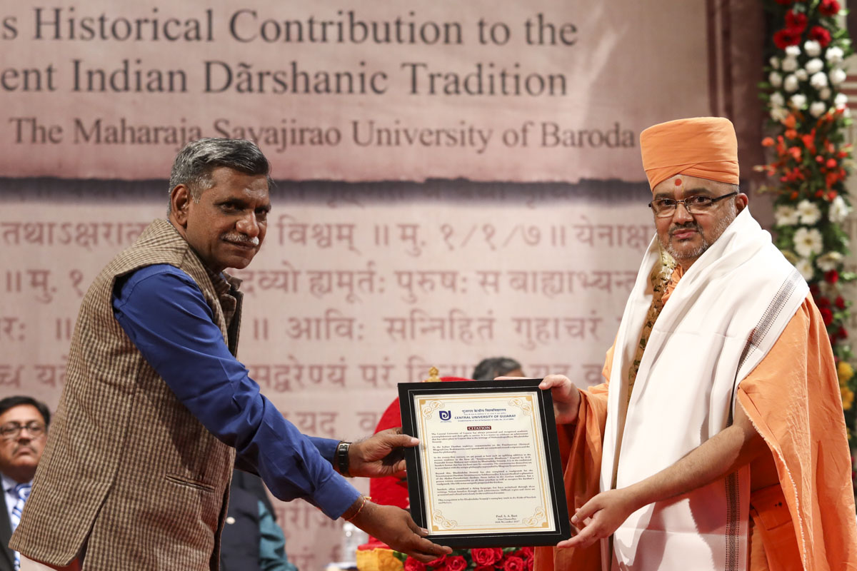 Prof. Alok Gupta of Central University of Gujarat honors Bhadresh Swami