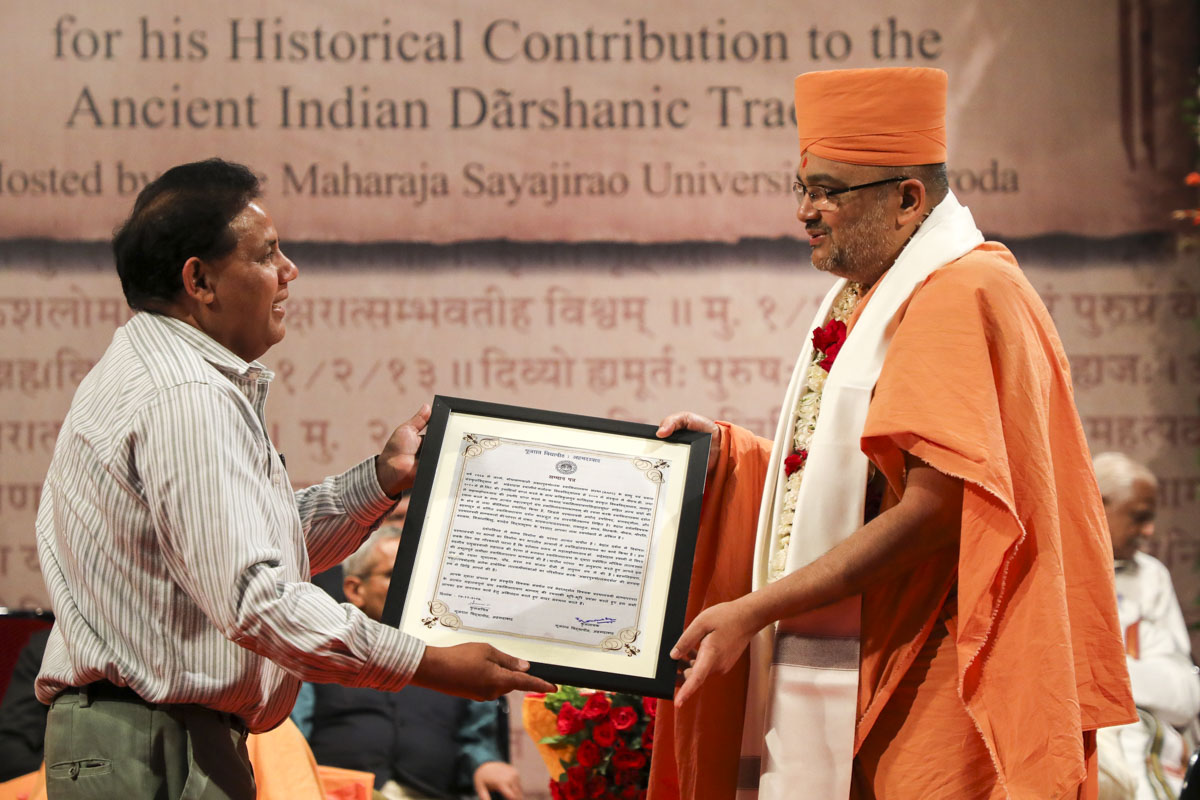 Prof. Ramgopal of Gujarat Vidyapith honors Bhadresh Swami