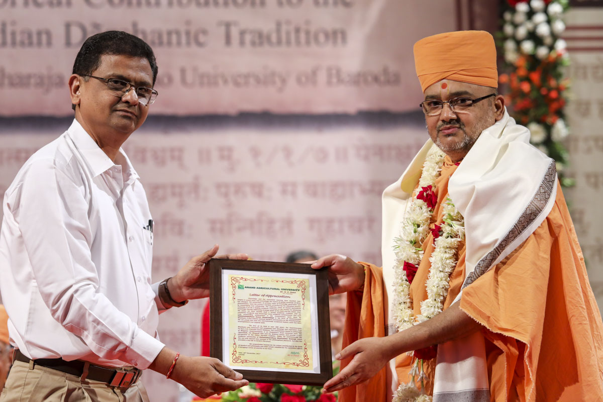 Dr M.N. Brahmabhatt of Anand Agriculture University honors Bhadresh Swami