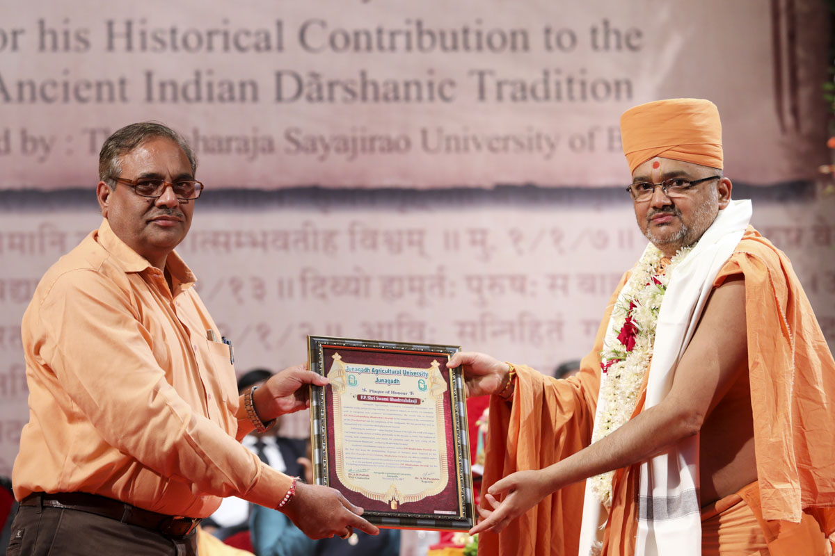Mr. Narendra Gontia (Dean) of Junagadh Agriculture University honors Bhadresh Swami