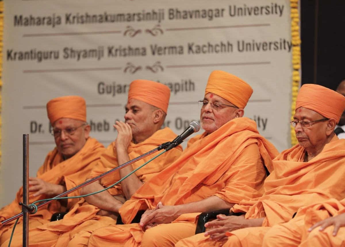 Pujya Ishwarcharan Swami addresses the assembly