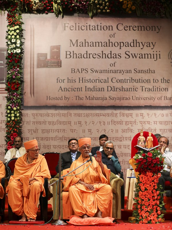 Pujya Doctor Swami addresses the assembly