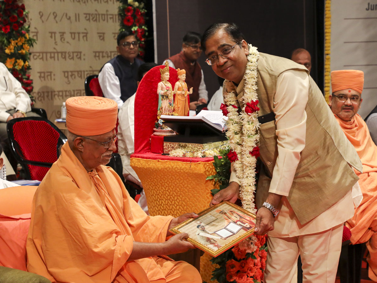 Pujya Doctor Swami presents memento to Dr. Parimal Vyas