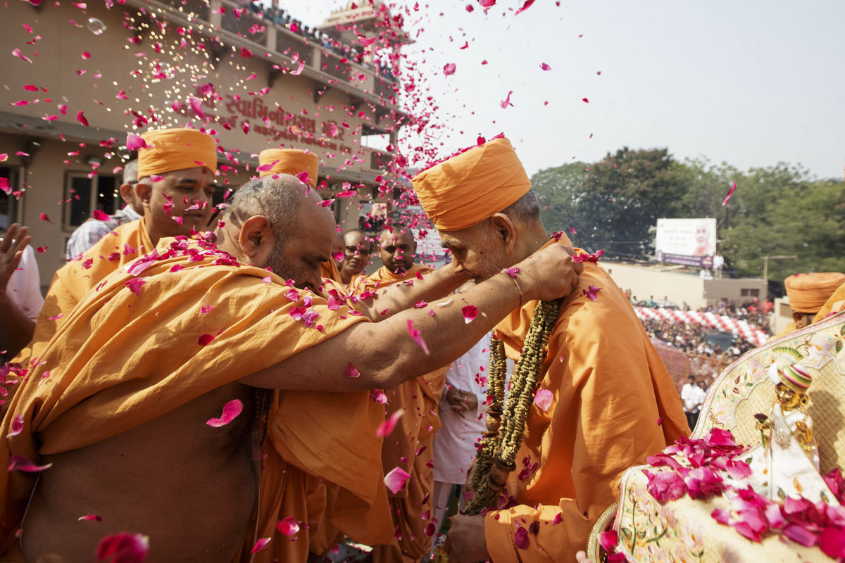 Bhagwatcharan Swami welcomes Swamishri with a garland