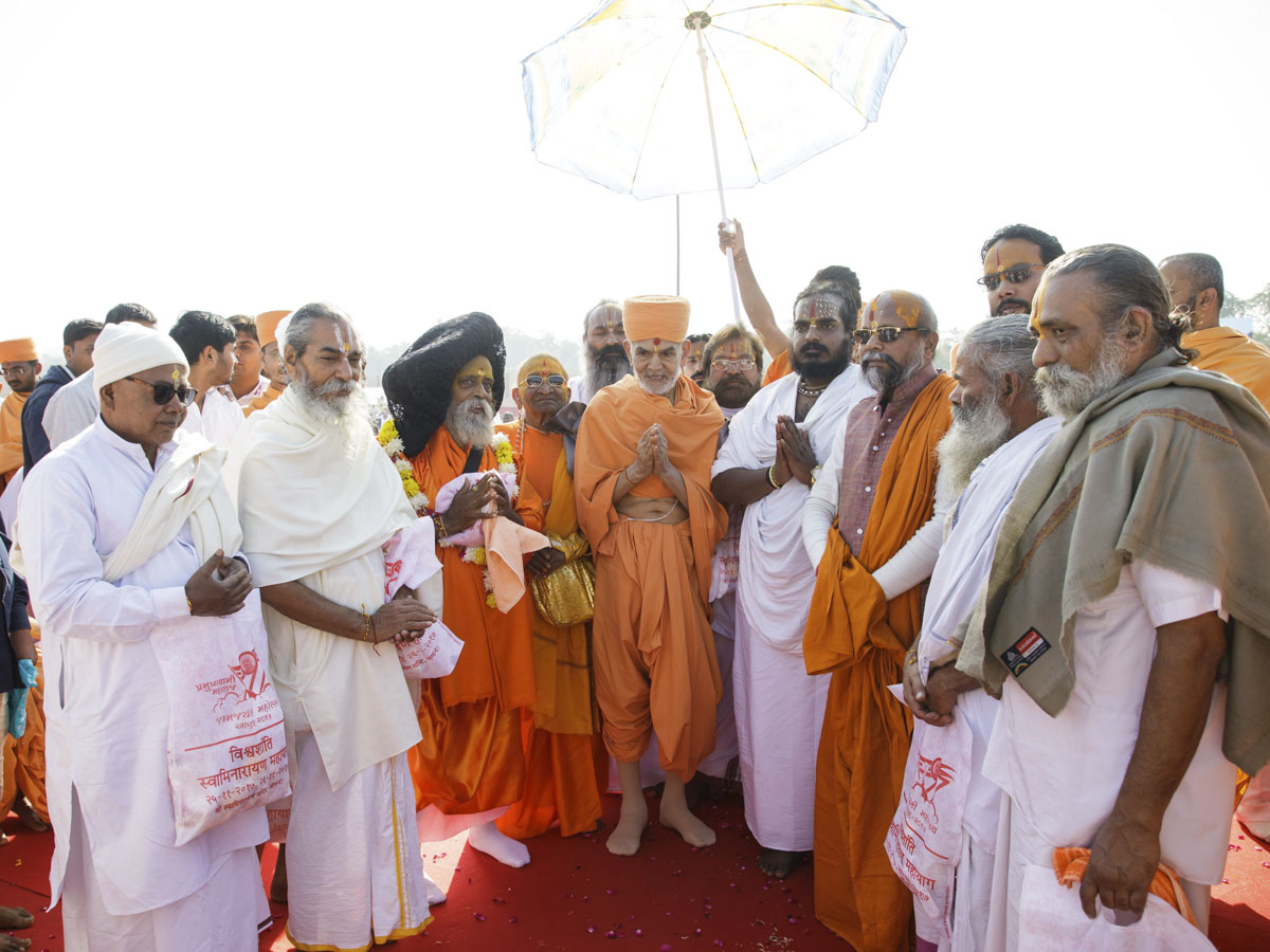 Swamishri with spiritual leaders