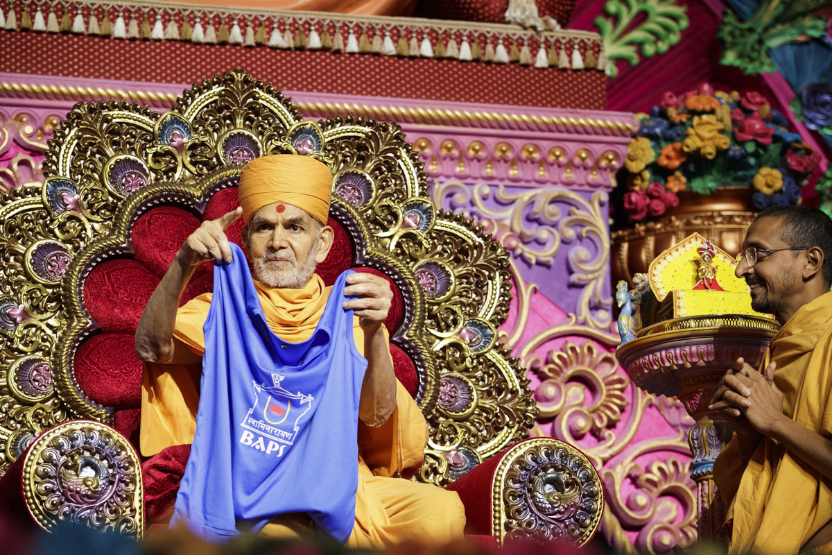 Swamishri sanctifies t-shirts for volunteers