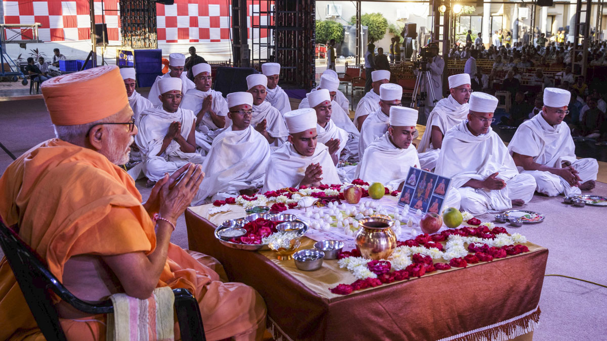 Pujya Kothari Swami and parshads engaged in mahapuja rituals before being initiated as sadhus