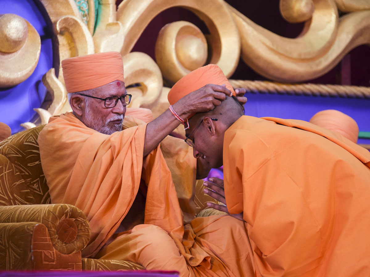 Pujya Kothari Swami puts on the 'paagh' for newly initiated sadhus