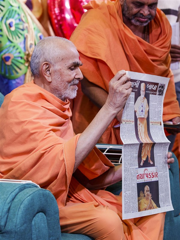 Swamishri sanctifies a special supplement in honor of Pramukh Swami Maharaj's birthday published by 'Naya Padkar'