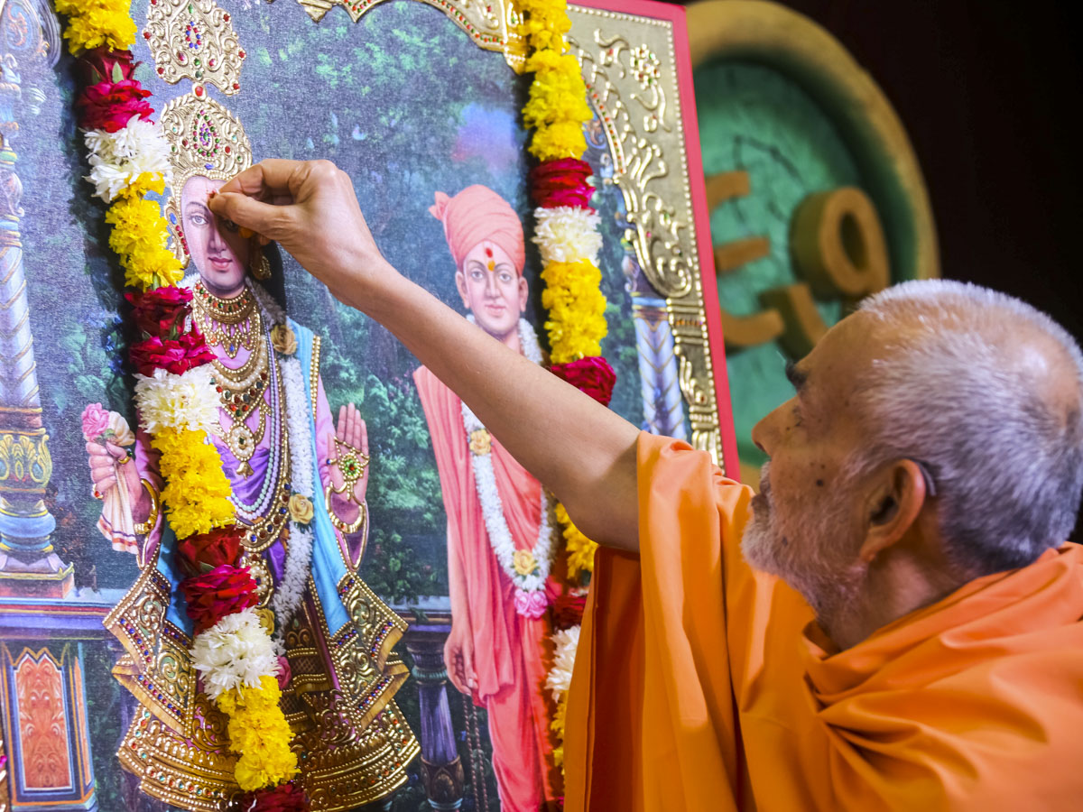 Swamishri performs pujan of murtis for BAPS Swaminarayan Mandir, Ashi, India