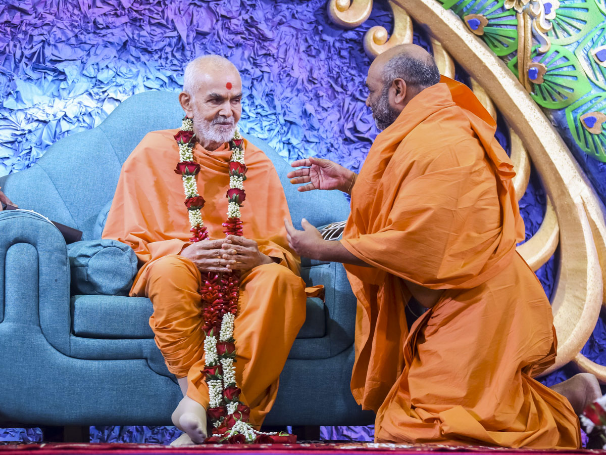 Bhagwatcharan Swami honors Swamishri with a garland