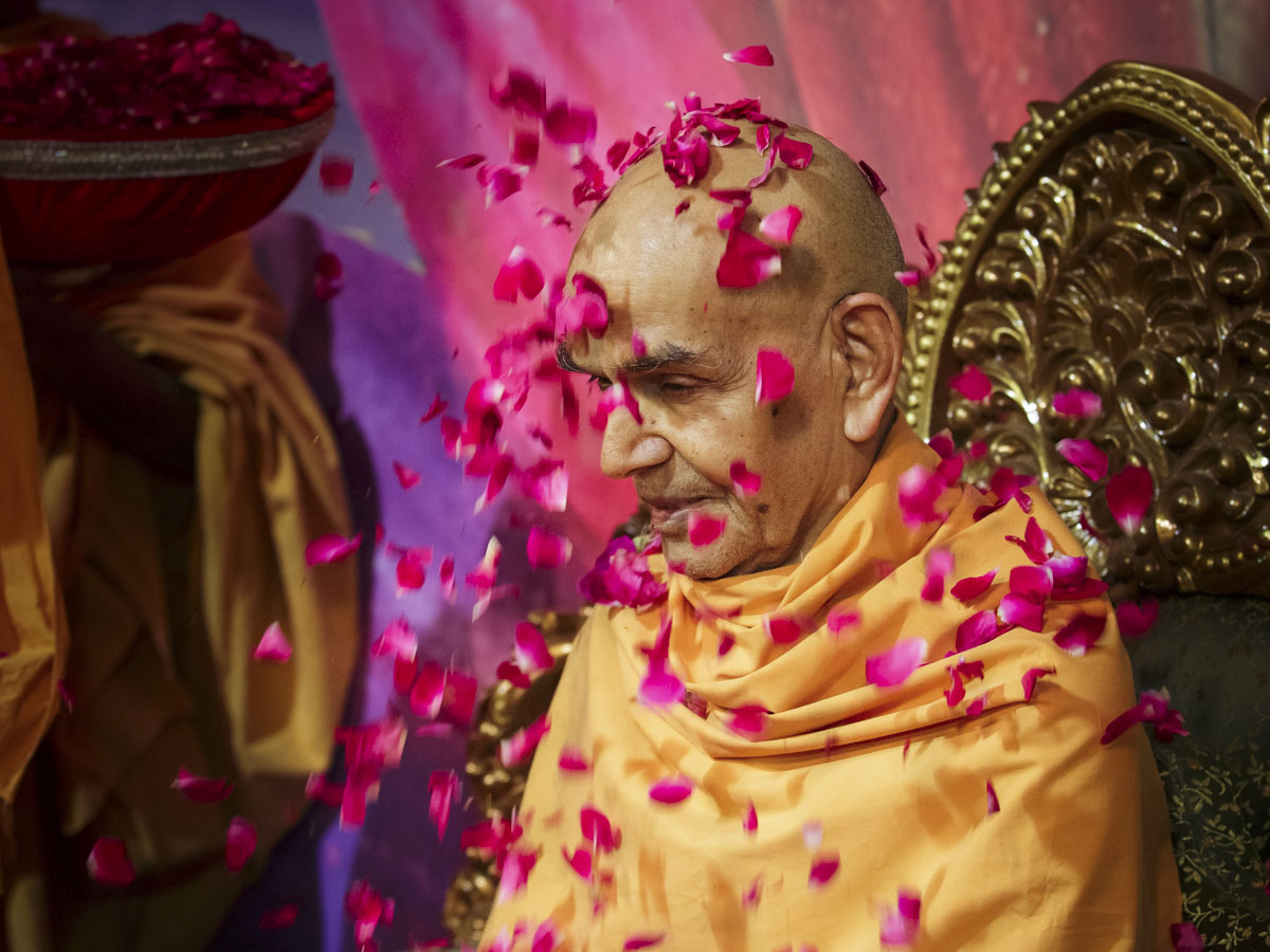 Swamishri honored with a shower of flower petals