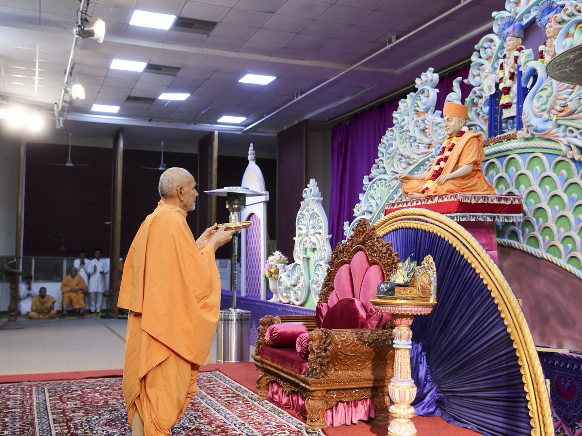Swamishri performs arti in the evening assembly