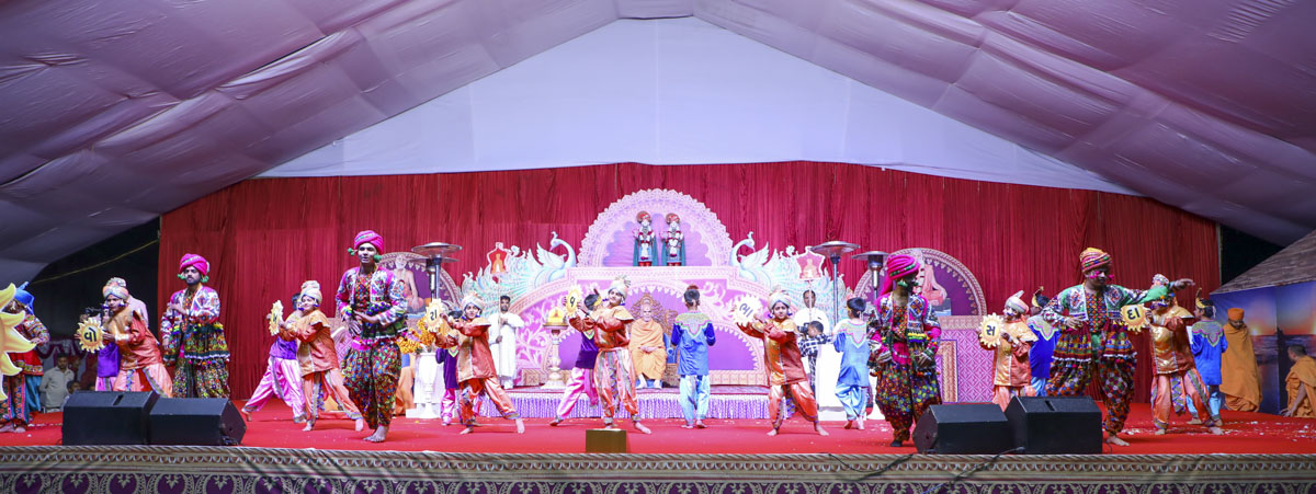 Children and youths perform a welcome dance before Swamishri