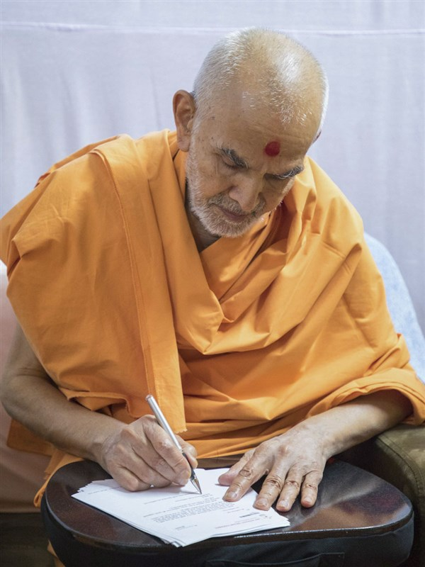 Swamishri replies to letters